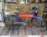 Μπρούτζινος νιπτήρας σε παλαιό ποδήλατο