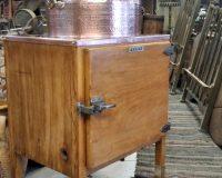 Χάλκινος νιπτήρας τοποθετημένος σε παλιό ψυγείο πάγου